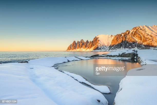 Zonsondergang over het Okshornan-gebergte in het noorden van Noorwegen in de winter