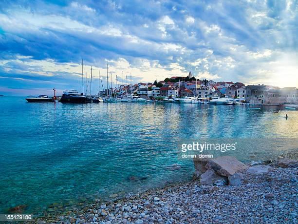Sonnenuntergang über kleine schöne Primošten Stadt und island, Kroatien