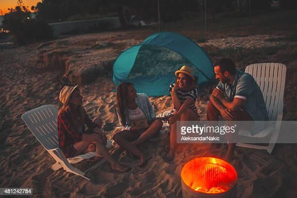 Fête au coucher du soleil de feu de camp