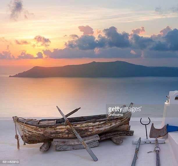 Tramonto nella vecchia barca di Oia Santorini, in Grecia