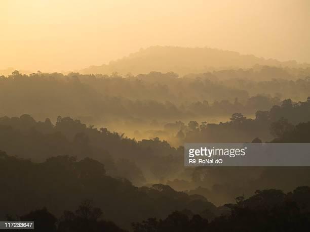 Vue sur le coucher de soleil sur les montagnes