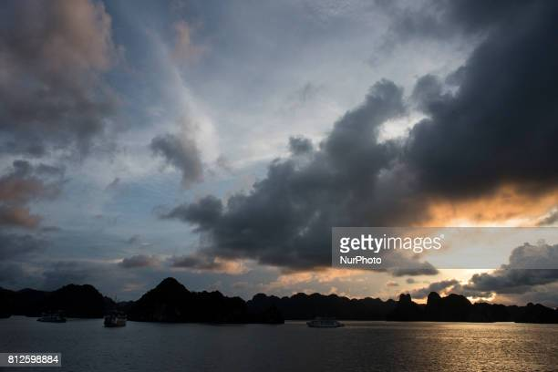 Sunset view of the Halong Bay is an extension of water of approximately 1500 km² Located to the north of Vietnam It emphasizes the presence of...