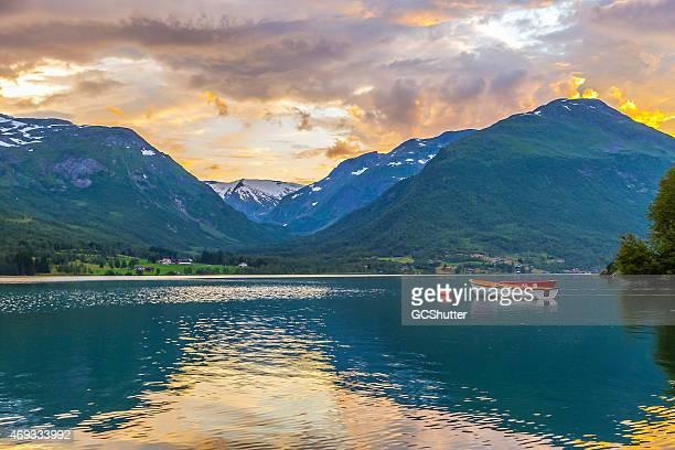 Sonnenuntergang, wild Wolken und schwimmende Boote auf Herrliche Fjorde
