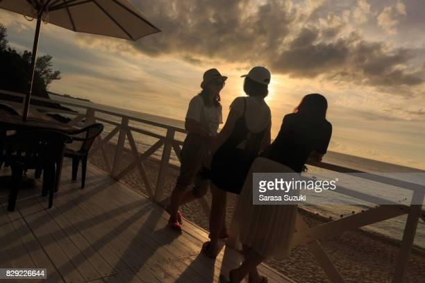 日本の女の子と夕日。