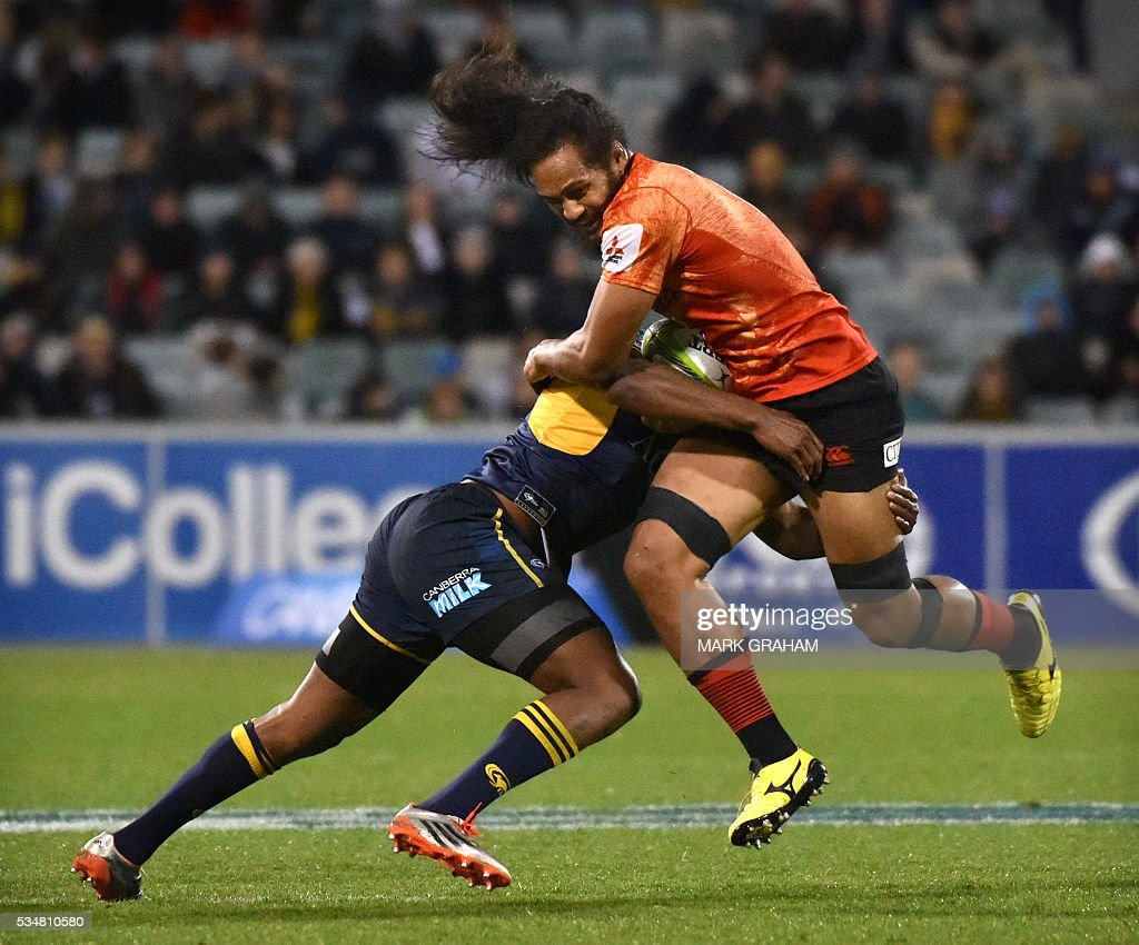 Sunwolves' Liaki Moli (R) is tackled during the Super Rugby match between Australia's ACT Brumbies and Japan's Sunwolves in Canberra on May 28, 2016. / AFP / MARK