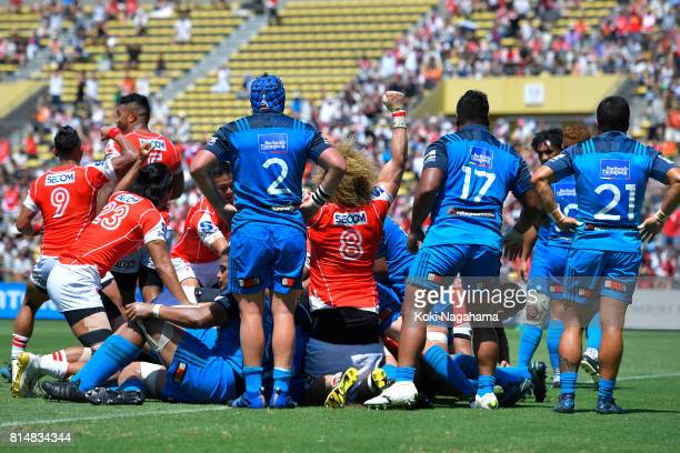 Sunwolves scores a try from the maul during the Super Rugby match between the Sunwolves and the Blues at Prince Chichibu Stadium on July 15 2017 in...