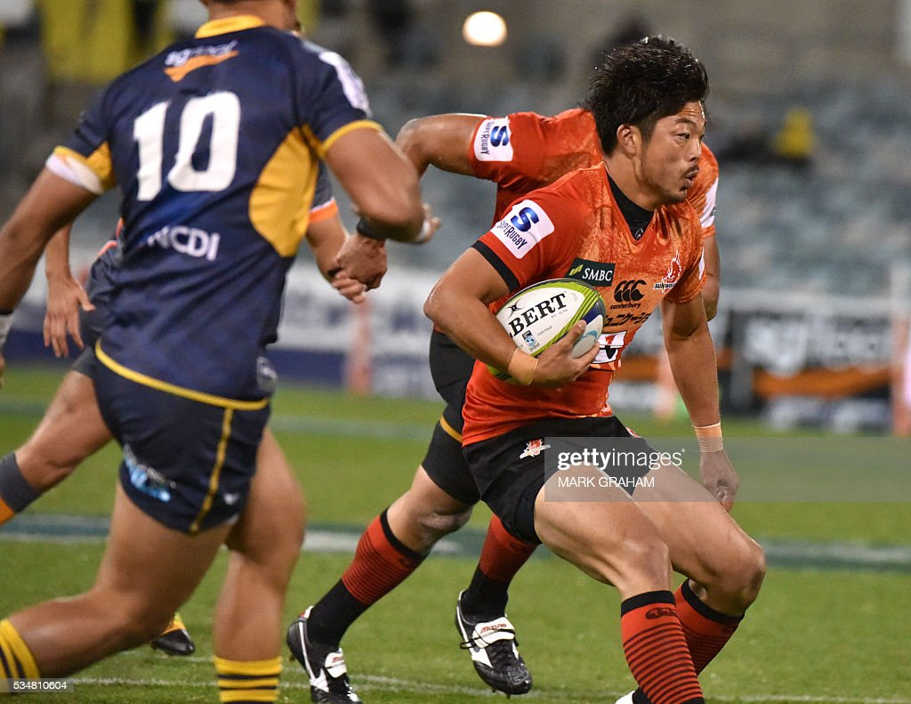 Sunwolves' Yasutaka Sasakura runs with the ball during the Super Rugby match between Australia's ACT Brumbies and Japan's Sunwolves in Canberra on May 28, 2016. / AFP / MARK
