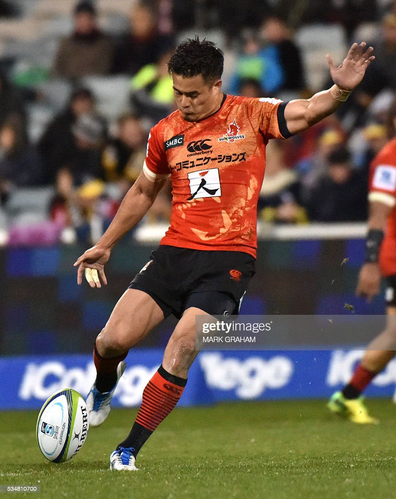 Sunwolves' Yu Tamura kicks for goal during the Super Rugby match between Australia's ACT Brumbies and Japan's Sunwolves in Canberra on May 28, 2016. / AFP / MARK