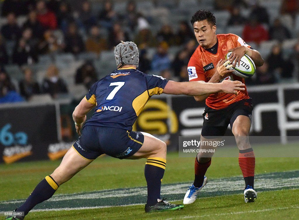 Sunwolves' Yu Tamura (R) runs past ACT Brumbies' David Pocock (L) during the Super Rugby match between Australia's ACT Brumbies and Japan's Sunwolves in Canberra on May 28, 2016. / AFP / MARK