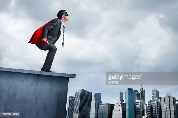 Supereroe Uomo d'affari in rosso capo tentando di prendere il volo