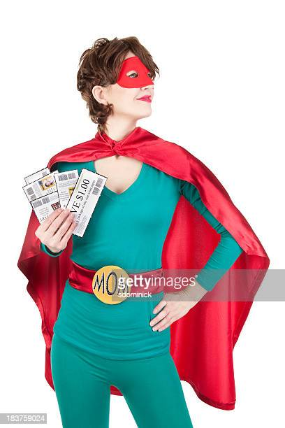 Super-herói mãe segurando cupões