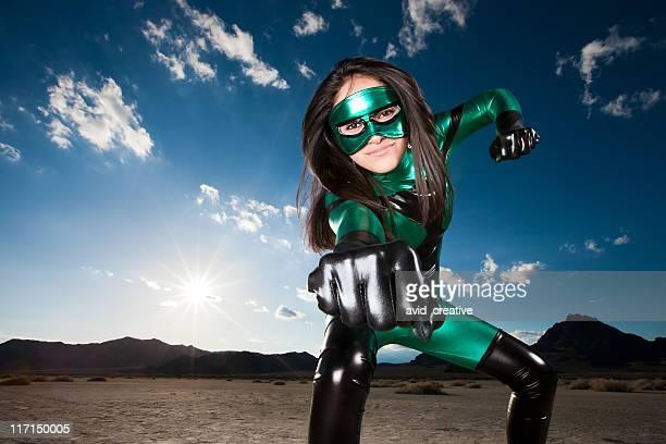 Super-héros Punch par masque ethnique femme