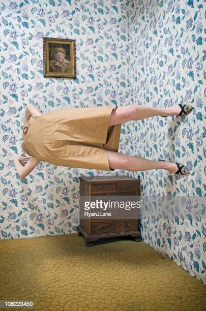 Super-héros Femme faisant Yoga sur son mur