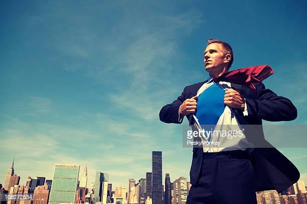 Super-herói jovem Empresário em pé ao ar livre sobre a cidade Skyline