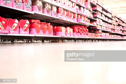 A supermarket store aisle filled with various Valentine's Day's boxes of chocolate : Foto de stock