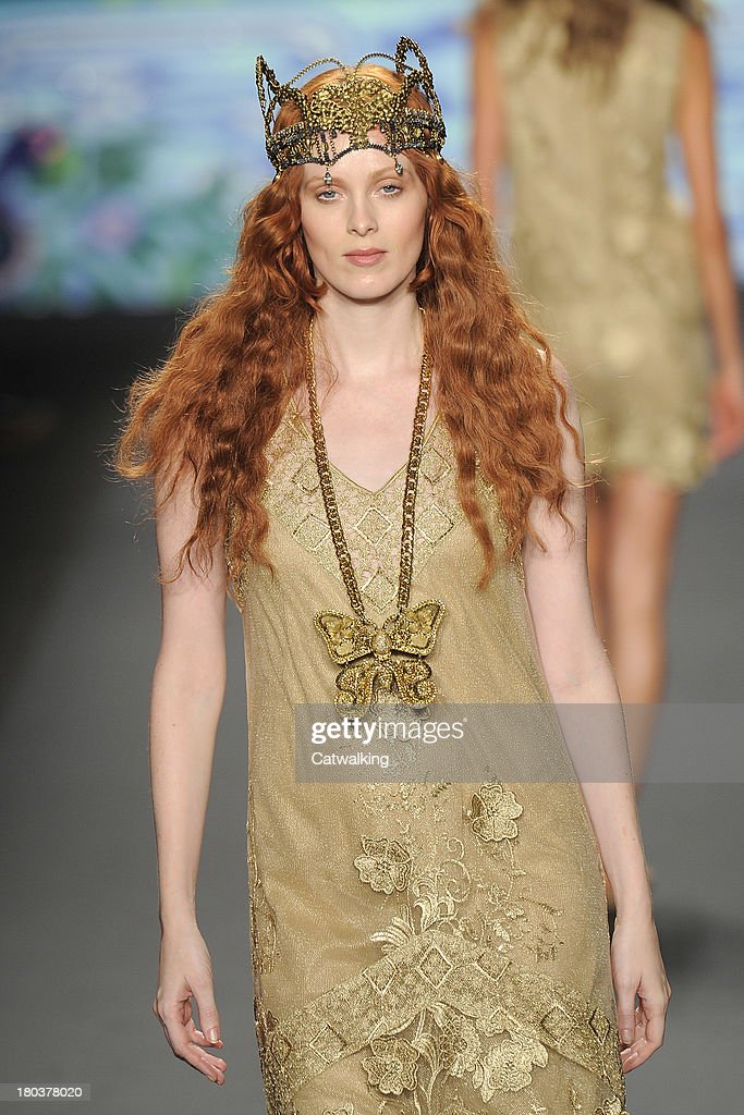 Supermodel <a gi-track='captionPersonalityLinkClicked' href=/galleries/search?phrase=Karen+Elson&family=editorial&specificpeople=754972 ng-click='$event.stopPropagation()'>Karen Elson</a> walks the runway at the Anna Sui Spring Summer 2014 fashion show during New York Fashion Week on September 11, 2013 in New York, United States.