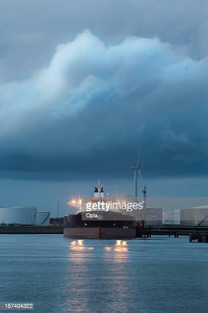 Supertanker à l'aube avec les phares