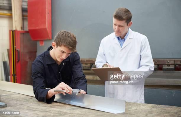 Leitender Mitarbeiter die Bewertung Auszubildenden Arbeiten