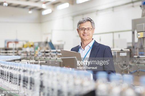 Supervisor sonriendo en fábrica de embotellado