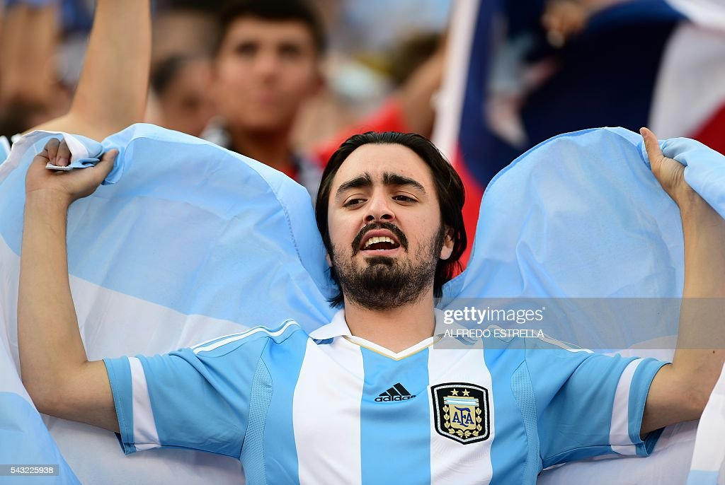 A supporter of Argentina waits for the start of the Copa America Centenario final between Argentina and Chile in East Rutherford, New Jersey, United States, on June 26, 2016. / AFP / ALFREDO