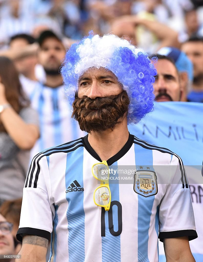 A supporter of Argentina waits for the start of the Copa America Centenario final between Argentina and Chile in East Rutherford, New Jersey, United States, on June 26, 2016. / AFP / Nicholas Kamm