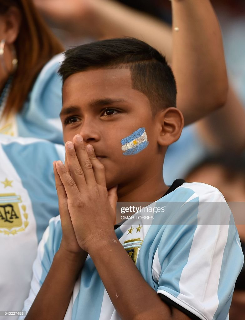 A supporter of Argentina waits for the start of the Copa America Centenario final between Argentina and Chile in East Rutherford, New Jersey, United States, on June 26, 2016. / AFP / Omar Torres