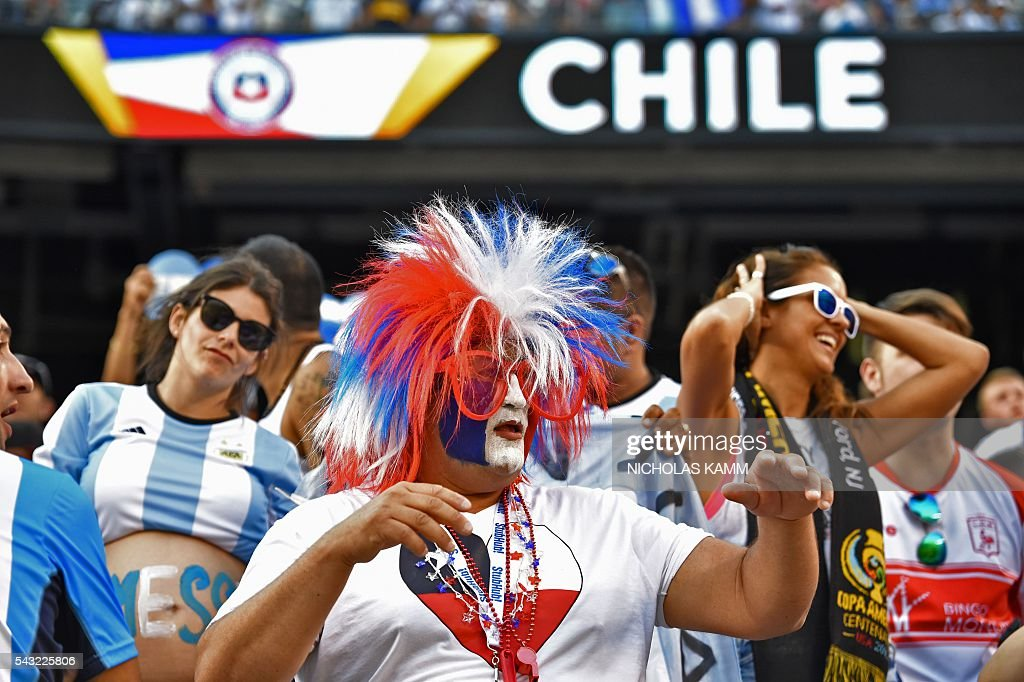 A supporter of Chile waits for the start of the Copa America Centenario final bewteen Argentina and Chile in East Rutherford, New Jersey, United States, on June 26, 2016. / AFP / Nicholas Kamm