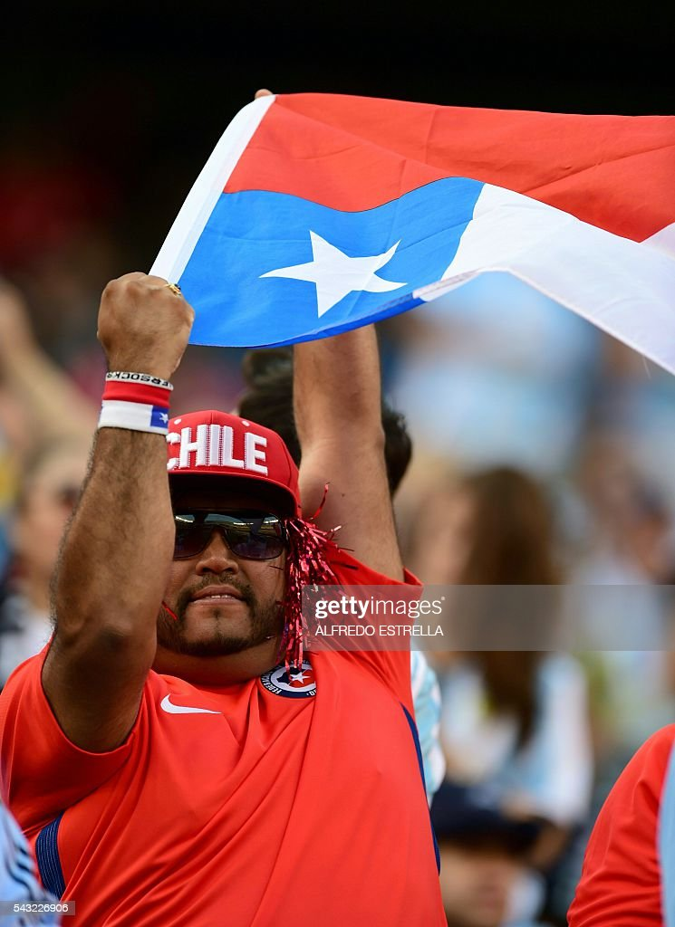 A supporter of Chile waits for the start of the Copa America Centenario final between Argentina and Chile in East Rutherford, New Jersey, United States, on June 26, 2016. / AFP / ALFREDO