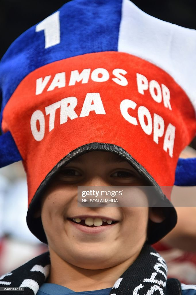 A supporter of Chile waits for the start of the Copa America Centenario final between Argentina and Chile in East Rutherford, New Jersey, United States, on June 26, 2016. / AFP / NELSON