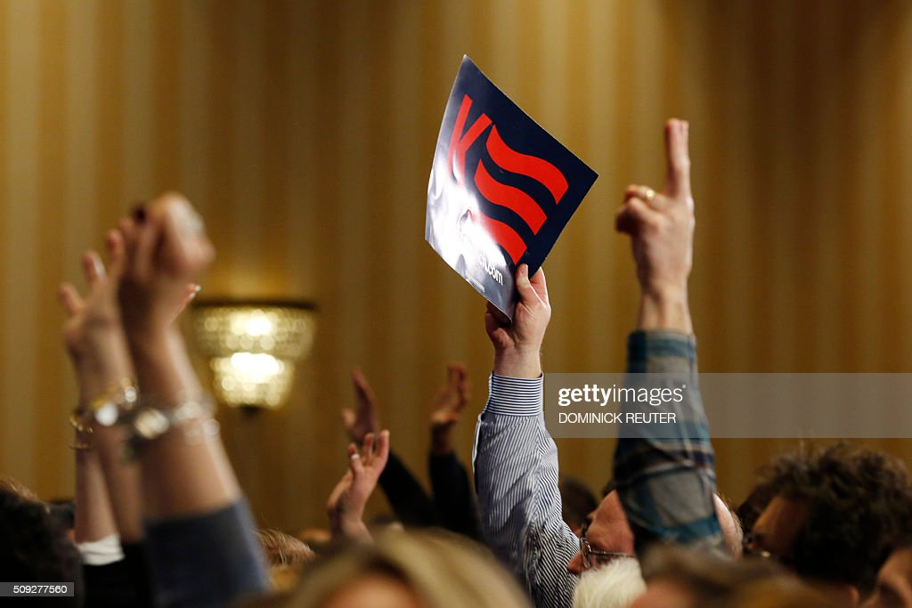 A supporter of Ohio Governor and Republican presidential candidate John Kasich waves a sign at a primary election watch party, February 9, 2016, in Concord, New Hampshire. / AFP / DOMINICK REUTER