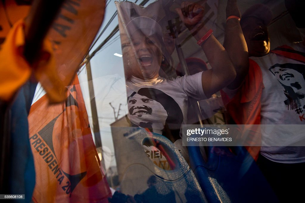 A supporter of Peruvian presidential candidate for the Fuerza Popular (Popular Strength) party Keiko Fujimori demonstrates before a televised debate with Pedro Pablo Kuczynski of the 'Peruanos por el Kambio' (Peruvians for change) party in Lima on May 29, 2016. Fujimori and Kuczynski will compete in Peru's June 5 runoff election. / AFP / ERNESTO