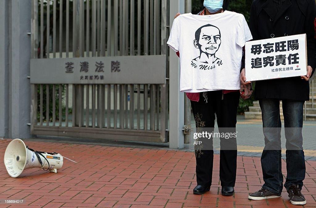 A supporter of pro-democracy party, League of Social Democrats, displays a t-shirt showing Chinese dissident Li Wangyang during a protest before the party's vice chairman Avery Ng's court appearance in Hong Kong on December 24, 2012. A Hong Kong pro-democracy activist was charged with 'nuisance' in court on December 24 after he allegedly threw a t-shirt at Chinese President Hu Jintao's motorcade in protest earlier this year. AFP PHOTO / Dale de la Rey