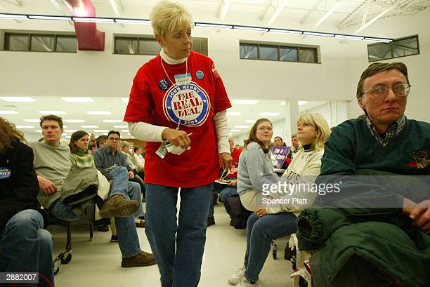 A supporter of US Senator John Kerry gives lastminute advice to Iowans at a caucus site January 19 2004 in Des Moines Iowa Early Iowa polls indicate...