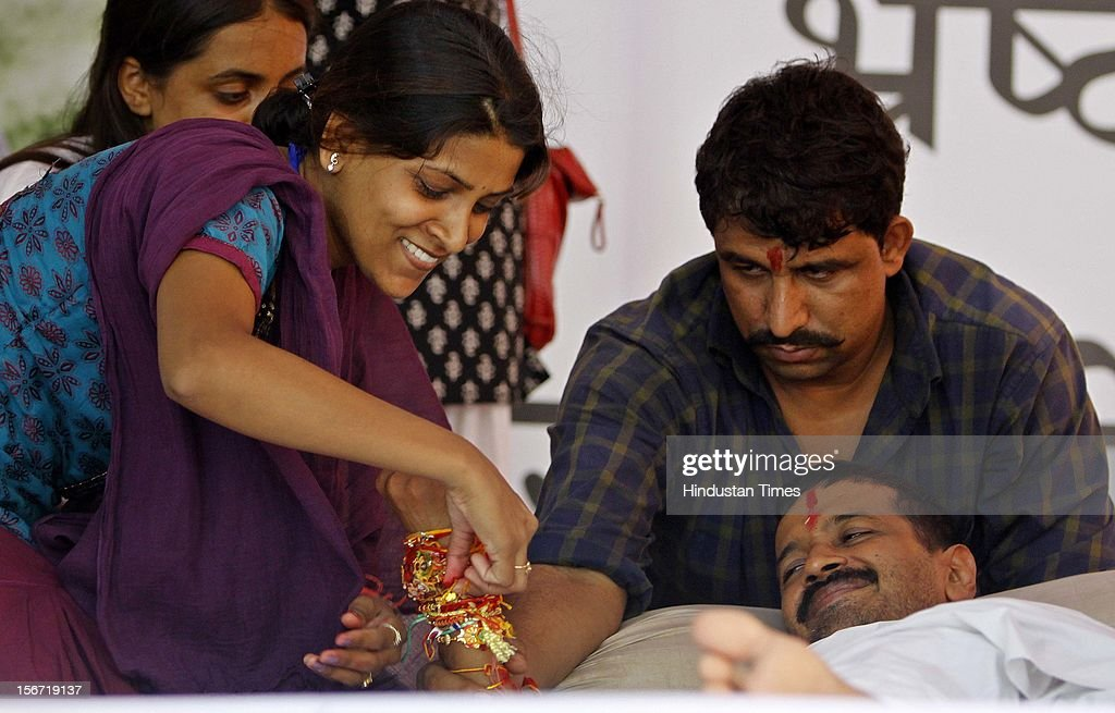'NEW DELHI, INDIA - AUGUST 2: A supporter tying Rakhi on the wrist of social activist Arvind Kejrewal on the 9th day of his fast to press for the Jan Lokpal Bill at Jantar Mantaron August 2, 2012 in New Delhi, India. (Photo By Sonu Mehta/Hindustan Times via Getty Images) '