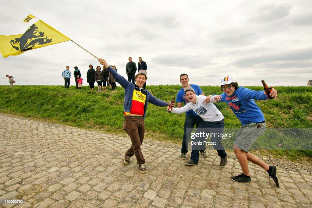 Supporters flandriens sur le secteur pavé de Monchaux sur Ecaillon