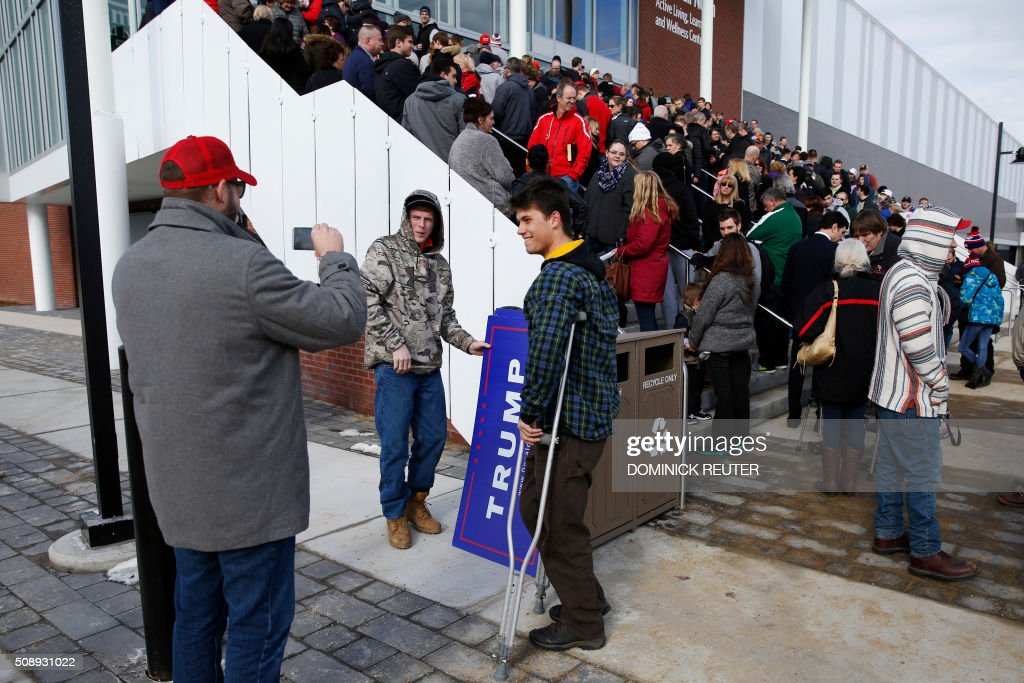 Supporters gather outside before a rally for Republican presidential candidate Donald Trump at Plymouth State University, February 7, 2016, in Plymouth, New Hampshire. / AFP / DOMINICK REUTER