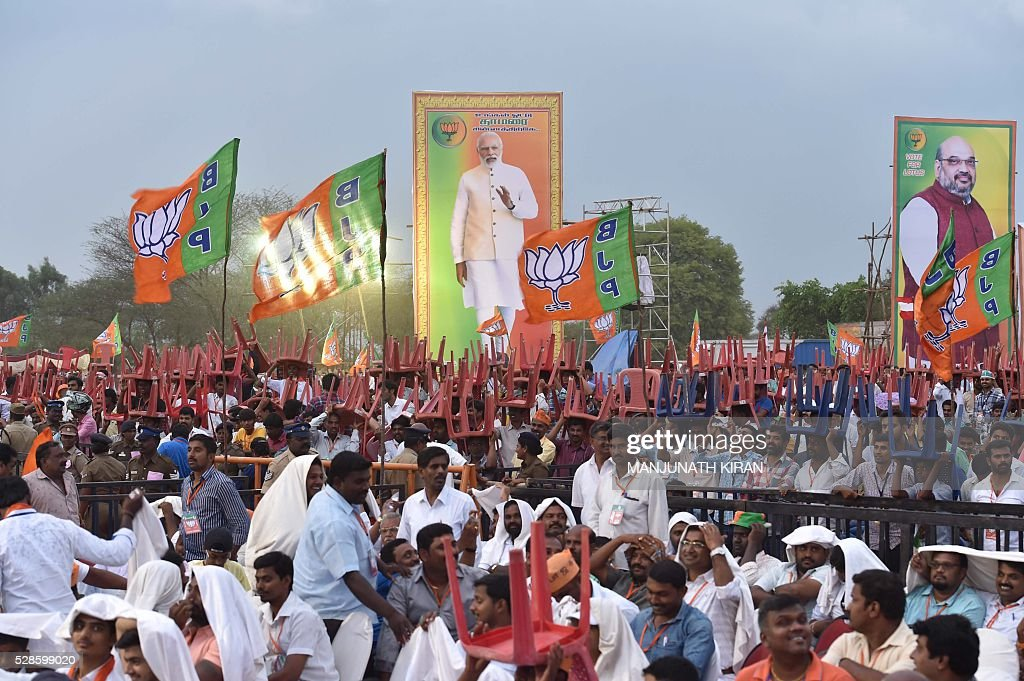Supporters gather to hear an unseen Indian Prime Minister Narendra Modi address an election campaign in Hosur, some 40kms south-east of Bangalore on May 6, 2016, ahead of voting in state assembly elections in the southern Indian state of Tamil Nadu. / AFP / Manjunath Kiran