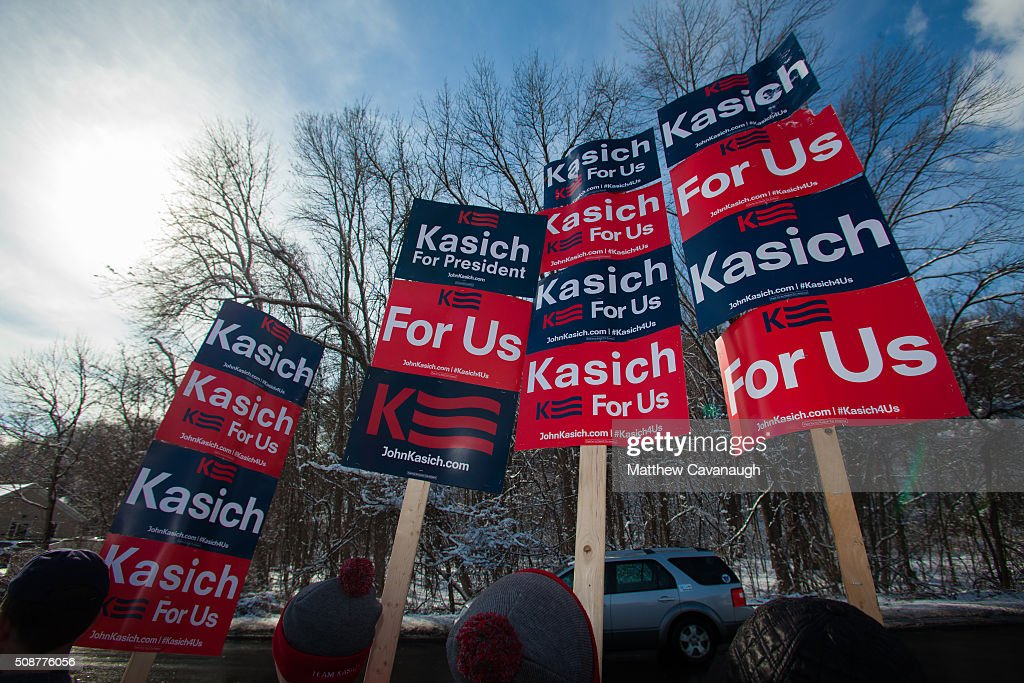 Supporters hold signs as they await the arrival of Republican presidential candidate John Kasich on February 6, 2016 outside his New Hampshire campaign headquarters in Manchester, New Hampshire. Kasich is campaigning in the lead up to the The New Hampshire primary, February 9.