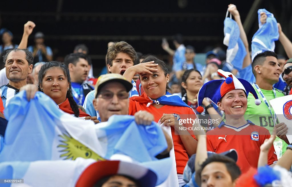 Supporters of Argentina and Chile wait for the start of the Copa America Centenario final in East Rutherford, New Jersey, United States, on June 26, 2016. / AFP / Nicholas Kamm