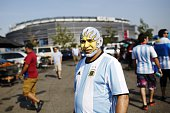 TOPSHOT Supporters of Argentina arrive at MetLife Stadium for the Copa America Centenario final football match against Chile in East Rutherford New...