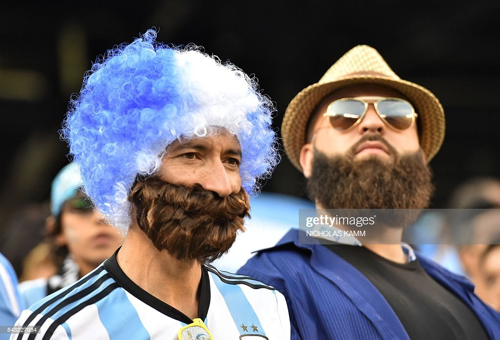 Supporters of Argentina wait for the start of the Copa America Centenario final between Argentina and Chile in East Rutherford, New Jersey, United States, on June 26, 2016. / AFP / Nicholas Kamm