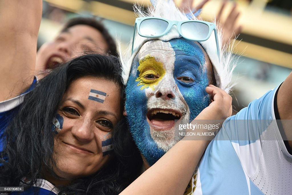 Supporters of Argentina wait for the start of the Copa America Centenario final between Argentina and Chile in East Rutherford, New Jersey, United States, on June 26, 2016. / AFP / NELSON