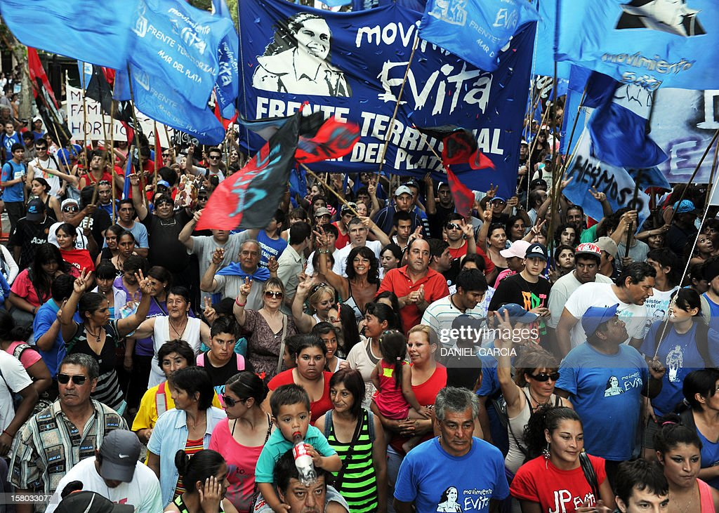 Supporters of Argentina's President Cristina Fernandez de Kirchner head to Plaza de Mayo, on December 9, 2012, during a rally on the eve of the Day of Democracy and Human Rights, called by the government to celebrate the 29th anniversary of the return to democracy in Argentina. AFP PHOTO / DANIEL GARCIA