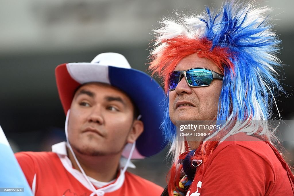 Supporters of Chile wait for the start of the Copa America Centenario final bewteen Argentina and Chile in East Rutherford, New Jersey, United States, on June 26, 2016. / AFP / Omar Torres
