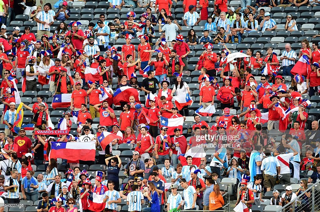 Supporters of Chile wait for the start of the Copa America Centenario final between Argentina and Chile in East Rutherford, New Jersey, United States, on June 26, 2016. / AFP / Alfredo ESTRELLA