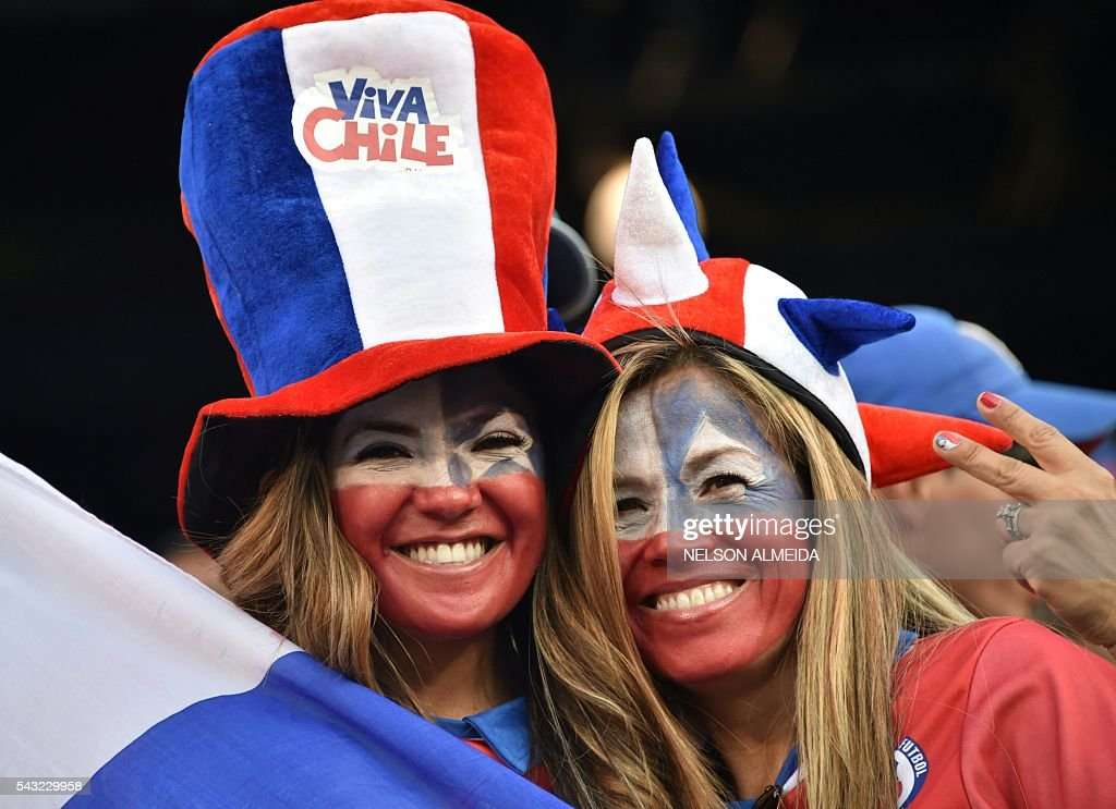 Supporters of Chile wait for the start of the Copa America Centenario final between Argentina and Chile in East Rutherford, New Jersey, United States, on June 26, 2016. / AFP / Nelson ALMEIDA
