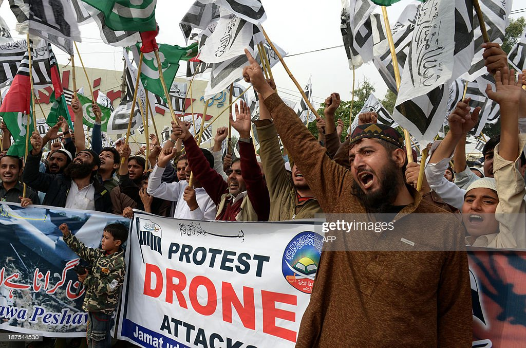 Supporters of Defense of Pakistan Council (DPC), a coalition of religious and political parties, chant anti-US slogans during a protest against the US drone strikes in the Pakistani tribal region, in Peshawar on November 10, 2013. Pakistan reacted angrily to the drone attack that killed Tehreek-e-Taliban Pakistan (TTP) chief Hakimullah Mehsud in the North Waziristan tribal area. Islamabad condemns drone strikes as a violation of sovereignty, and Prime Minister Nawaz Sharif urged President Barack Obama to end them during White House talks. AFP PHOTO / A MAJEED