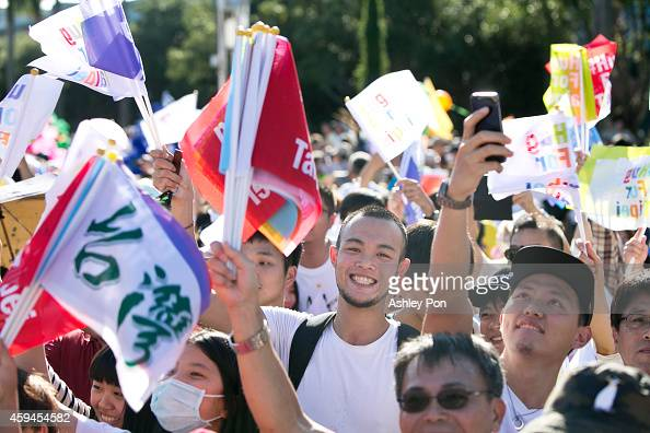 Supporters of Independent Taipei mayoral candidate Ko Wenje take part in a carnival parade on November 23 2014 in Taipei Taiwan Over 200000 people...