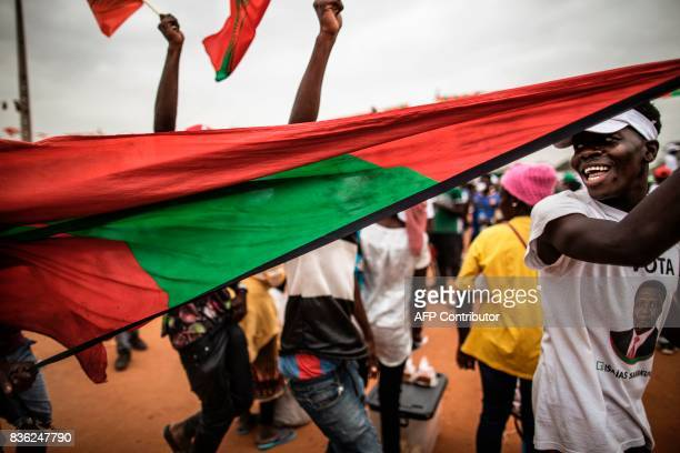 Supporters of Isaias Samakuva presidential candidate for Angola's main opposition National Union for the Total Independence of Angola hold an UNITA...