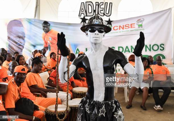Supporters of Ivory Coast's national football team attend the arrival of the casket of the late Ivory Coast midfielder Cheick Tiote on June 15 2017...
